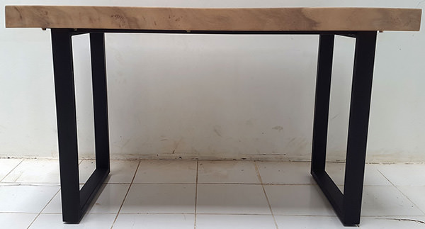 suar table with metal legs