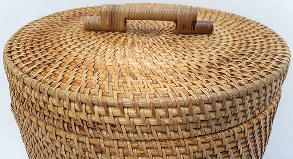 round rattan basket with natural color and top